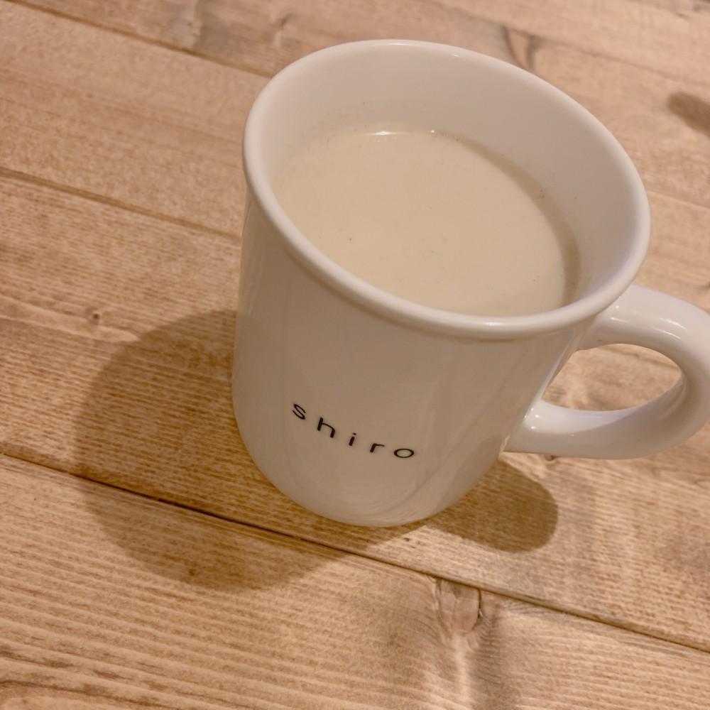 ほうじ茶ラテを飲む